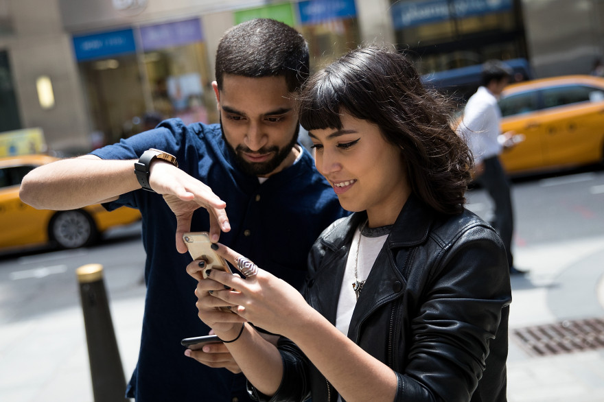 Deux jeunes gens jouent à Pokémon Go dans les rues de New York, en juillet 2016 (illustration).