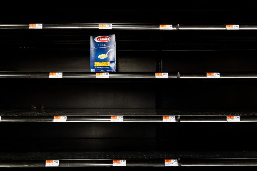 Des rayons vides dans un magasin à New York, en raison de l'épidémie de coronavirus, le 13 mars 2020