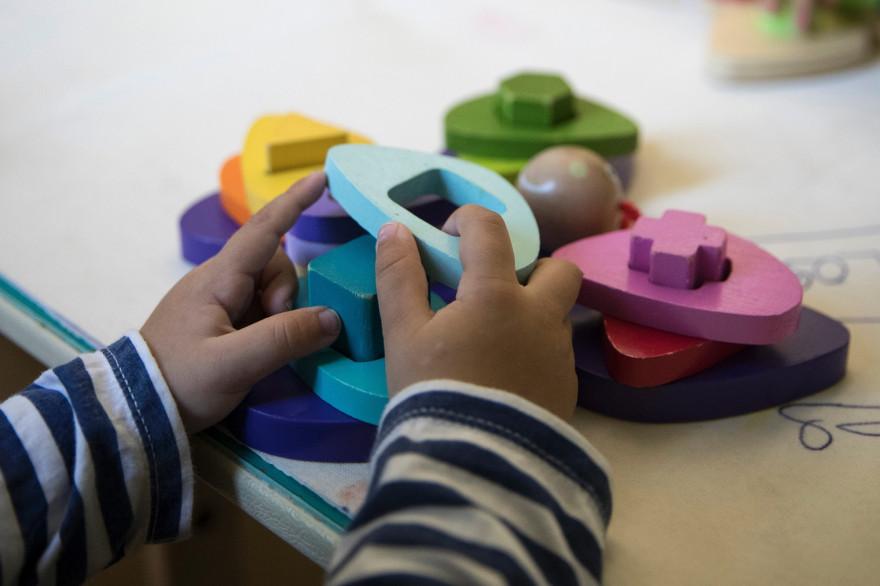 Un enfant avec des jouets éducatifs (illustration)