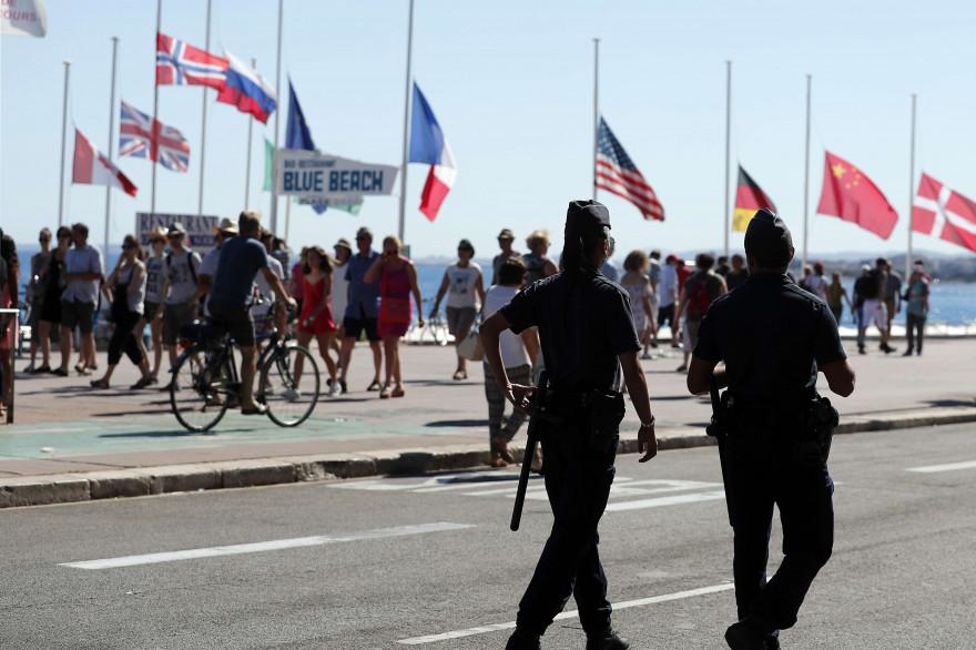 Des policiers patrouillent sur la promenade des Anglais, le 16 juillet à Nice