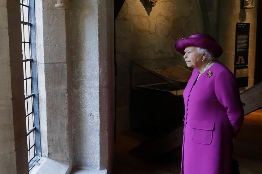 La reine Elizabeth II observant par la fenêtre le 8 juin 2018