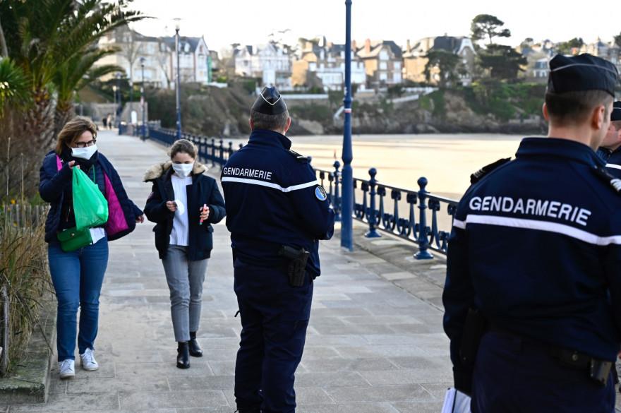 Des gendarmes  patrouillent près de la plage le 17 mars 2020.