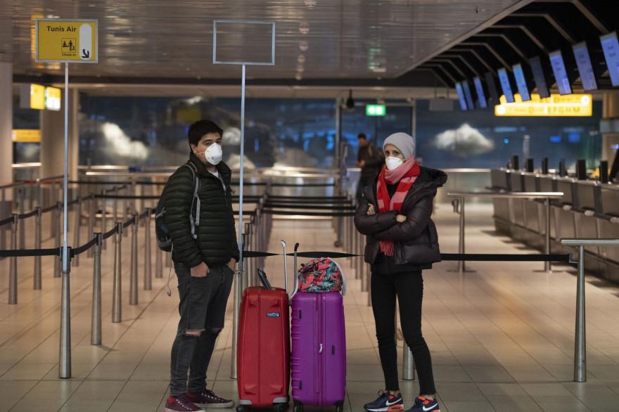 Des passagers en transit à l'aéroport d'Amsterdam-Schiphol.