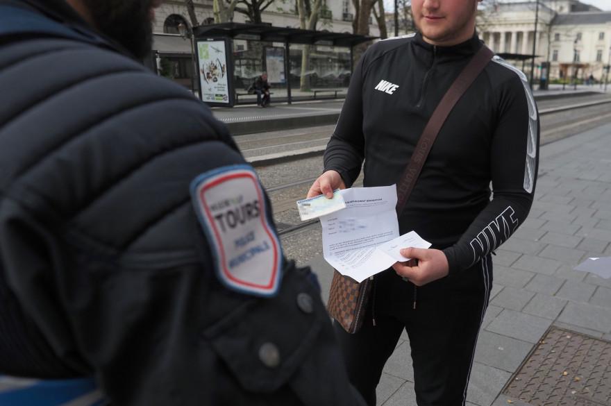 Les Français doivent présenter une attestation imprimée ou écrite à la main pour quitter leur domicile en période de confinement