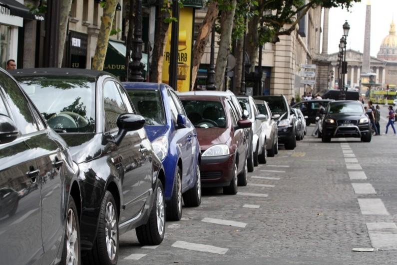 Des voitures stationnées à Paris (illustration)