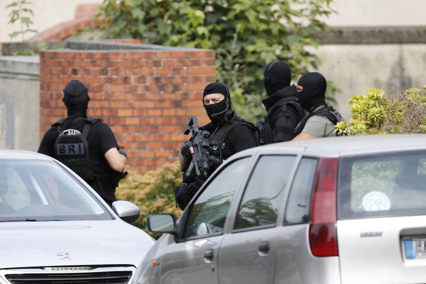 """Saint-Étienne-du-Rouvray: des armes blanches et un """"dispositif factice"""""""