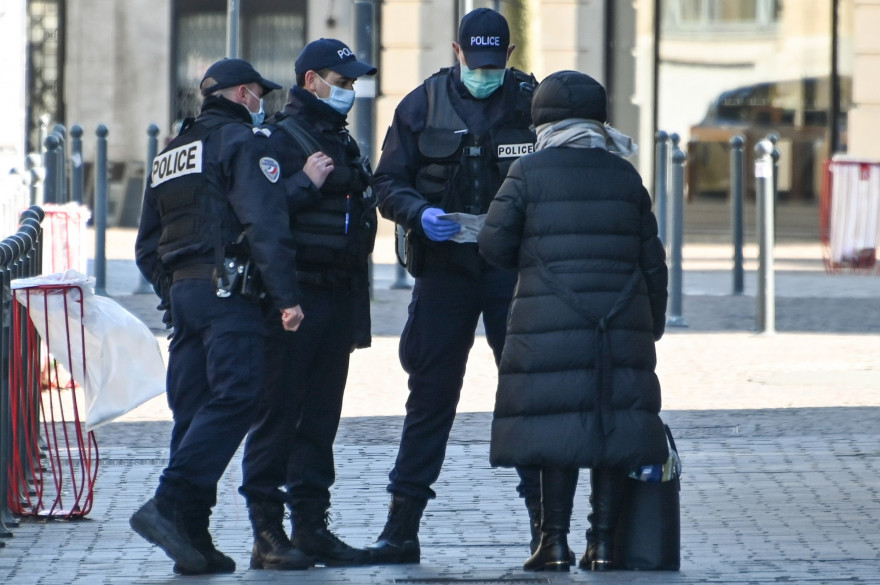 Un contrôle de l'attestation de déplacement dérogatoire dans le cadre du confinement en France le 23 mars à Lille
