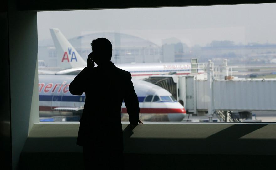 Un homme patientant dans l'aéroport JFK de New York (illustration)