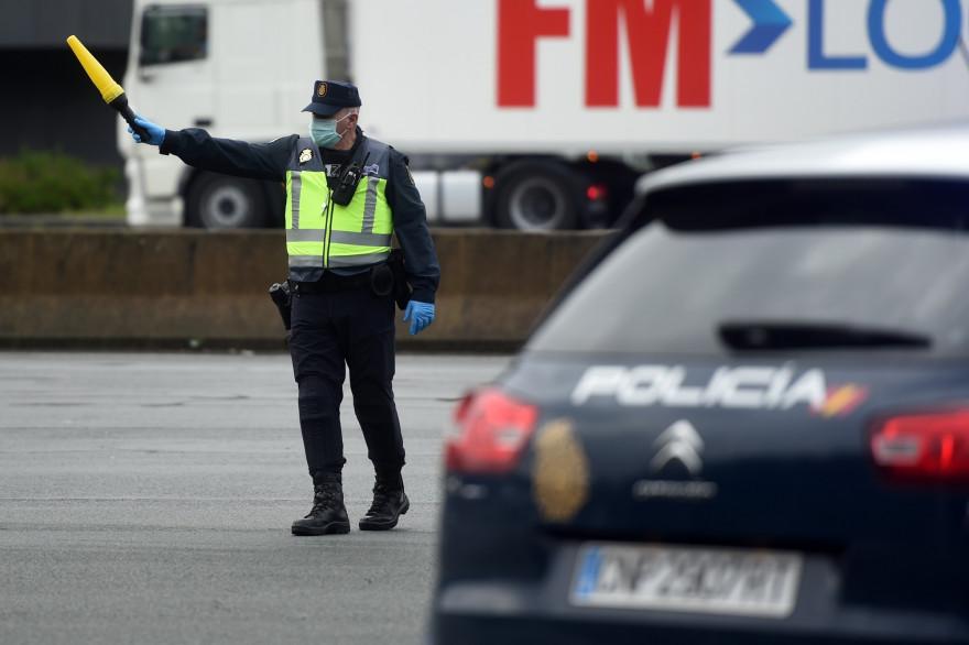 Un policier à la frontière franco-espagnole pendant la pandémie de coronavirus, le 17 mars 2020 à Biriatou (France)