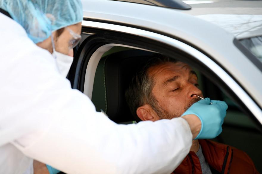 Un homme se fait dépister du coronavirus dans un point de dépistage au sud de Paris le 23 mars 2020