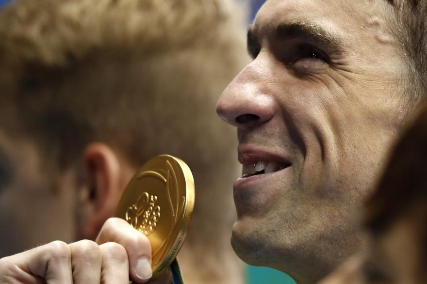 Michael Phelps tient sa 20e médaille d'or olympique à Rio, le 9 août.