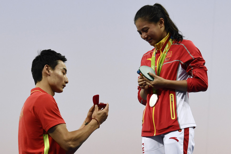 Un plongeur chinois demande la main de sa compagne à la descente du podium olympique