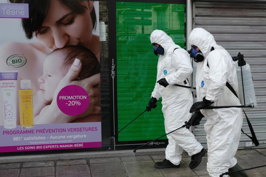 Des agents de la ville de Nice pulvérisent du produit désinfectant dans les rues de la ville le 26 mars 2020