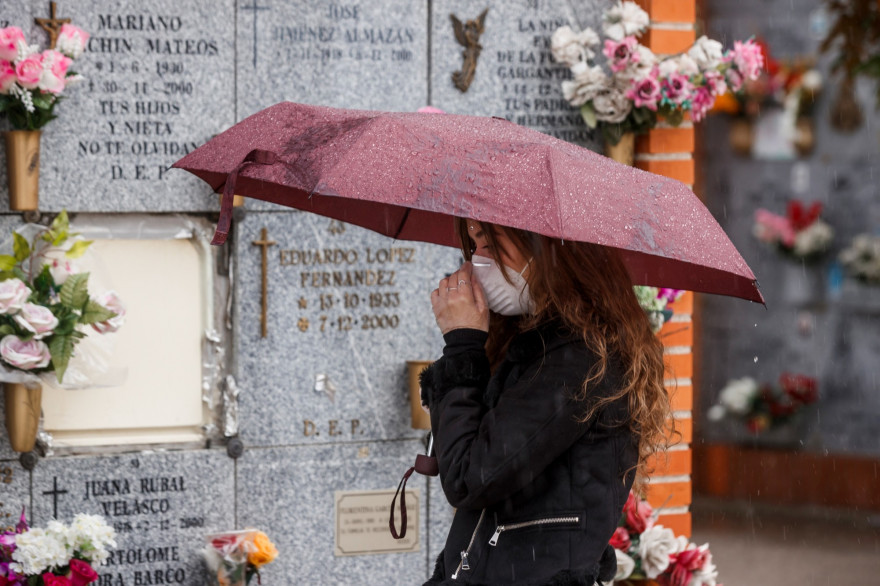 Une femme se protège d'un masque contre l'épidémie de coronavirus en Espagne