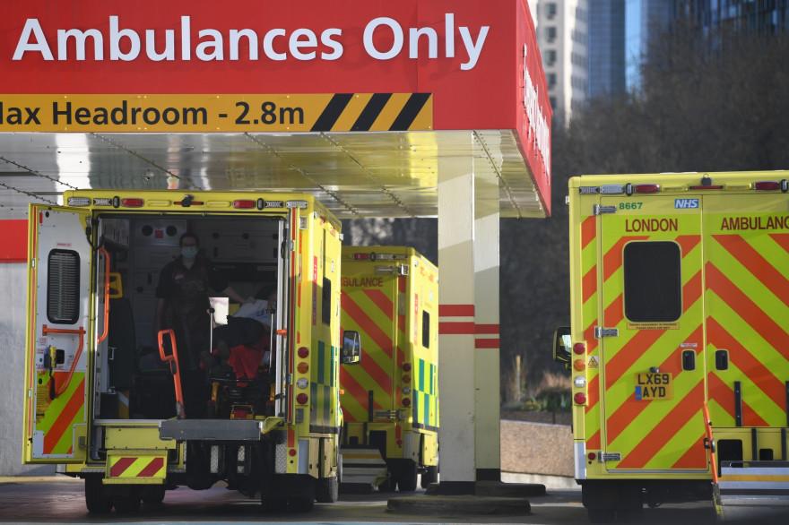 Des ambulances garées devant l'hôpital Saint-Thomas de Londres, où a été hospitalisé Boris Johnson.
