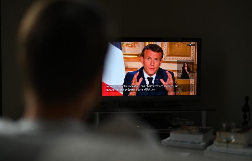 Un téléspectateur devant l'allocution d'Emmanuel Macron, le 13 avril