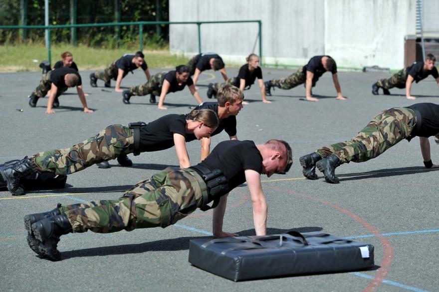Des soldats qui s'entraînent dans une base militaire (illustration)