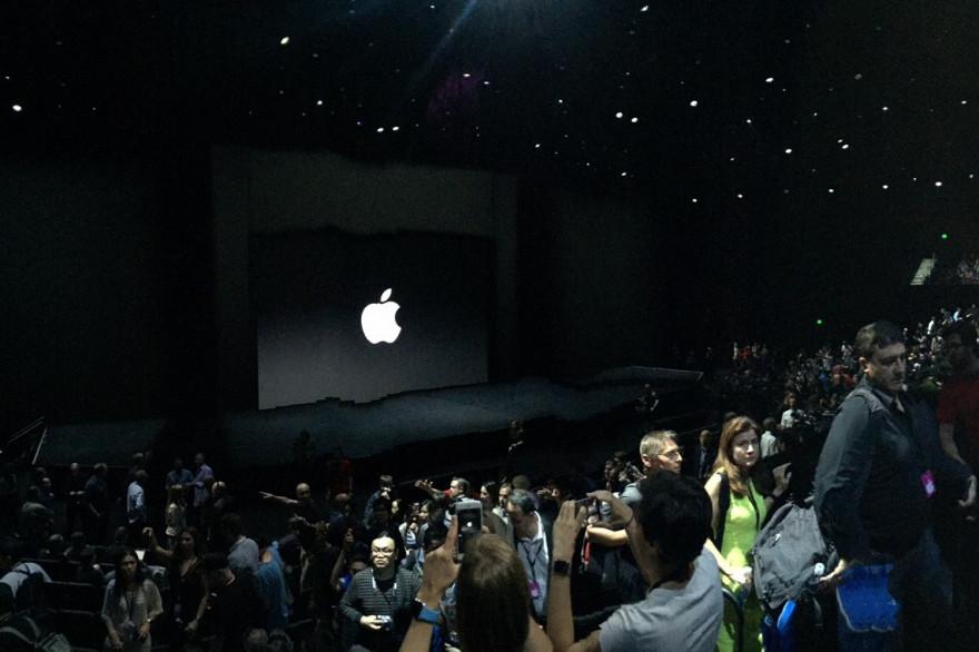 Les journalistes et invités prennent place dans le Bill Graham Civic Auditorium pour la keynote de rentrée d'Apple de septembre 2015