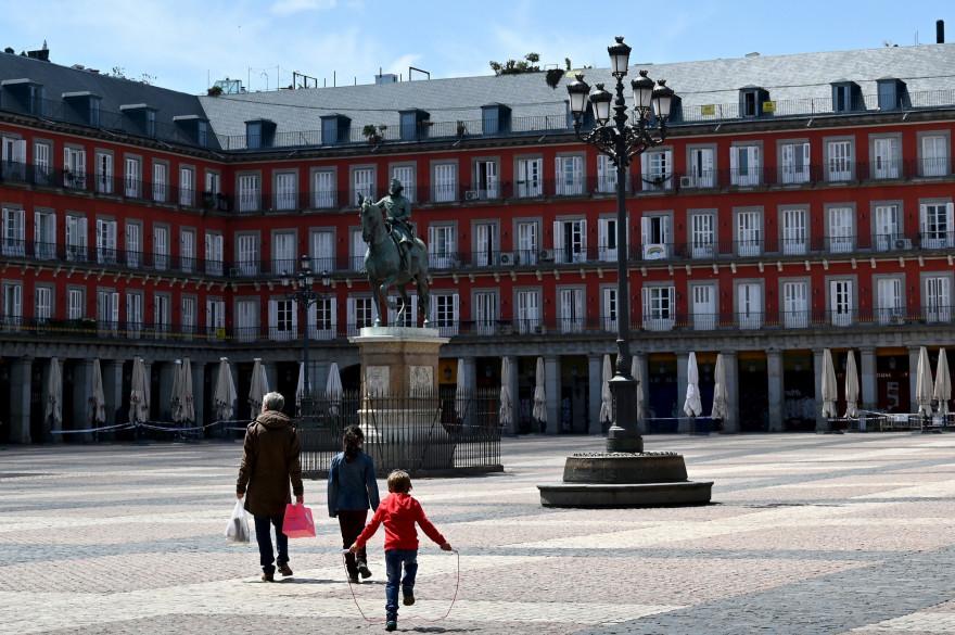 La Plaza Mayor de Madrid le 26 avril 2020 lors du confinement pour empêcher la propagation de la maladie COVID-19.