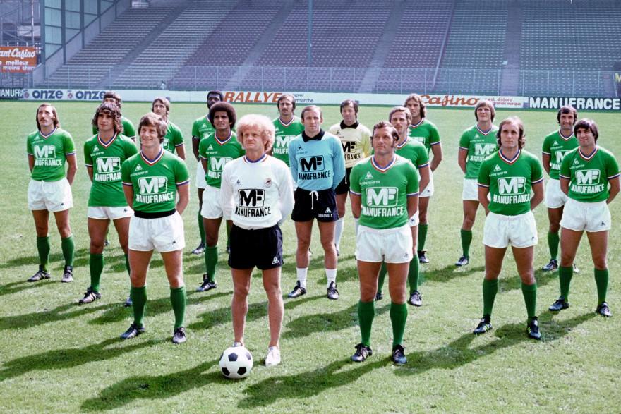 L'entraîneur de Saint-Etienne Robert Herbin dans le stade Geoffroy-Guichard avec son équipe le 1er août 1976.