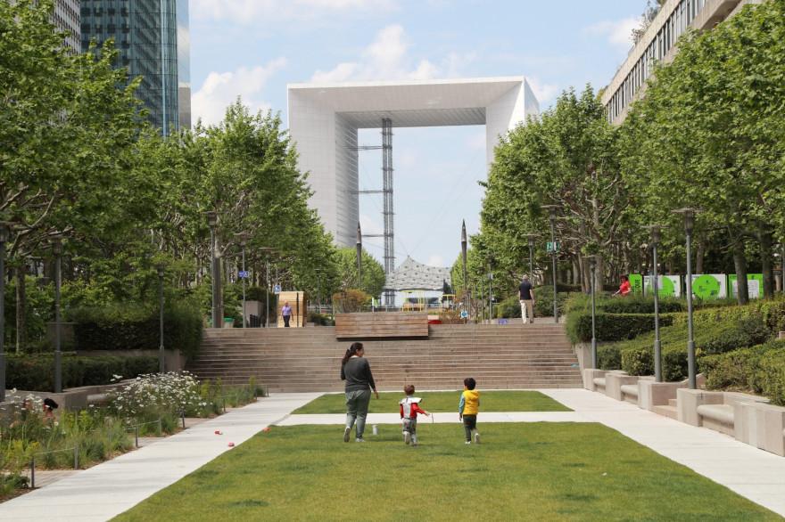 Des enfants et leur mère devant la Grande Arche de la Défense
