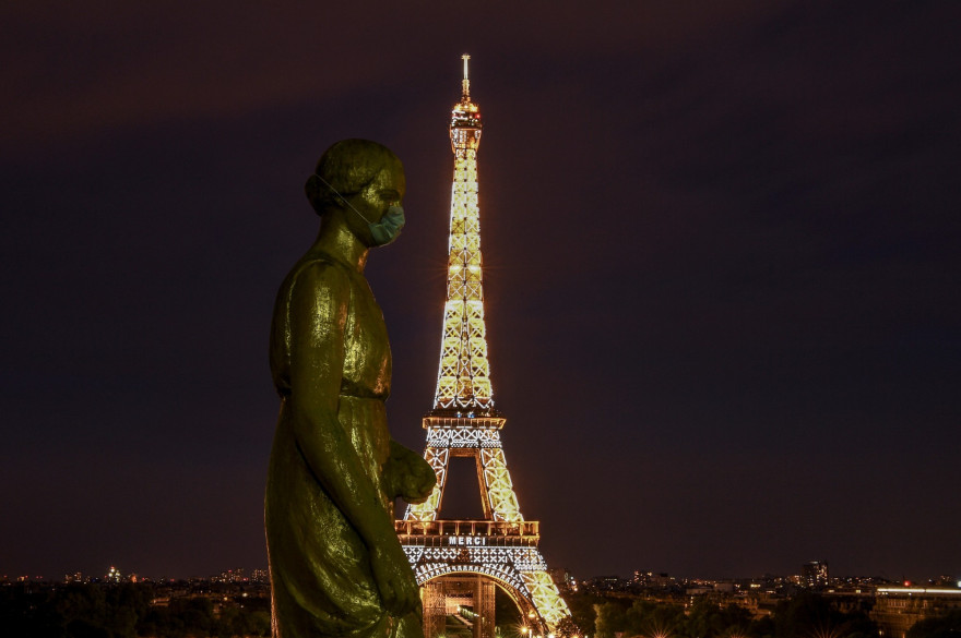 La tour Eiffel illuminée en hommage au personnel soignant ce 2 mai à 20h.
