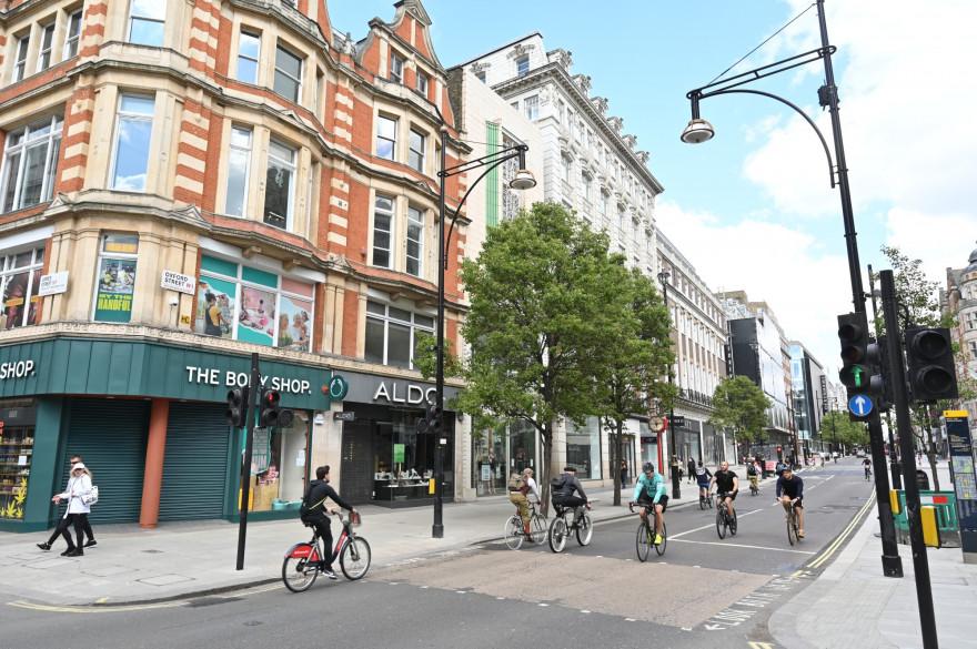 Des cyclistes sur Oxford street (Londres), le 2 mai.