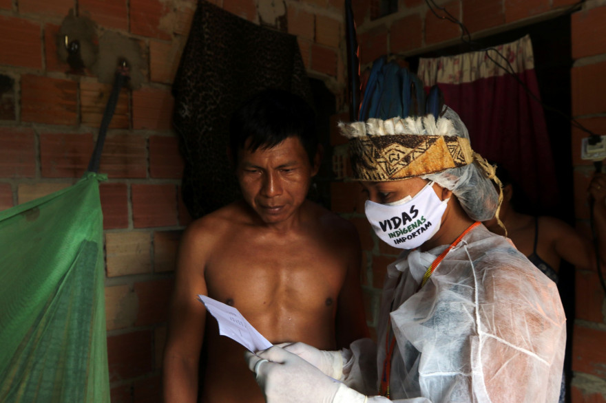 Une infirmière rend visite à un patient dans la banlieue de Manaus, dans l'État d'Amazonas.