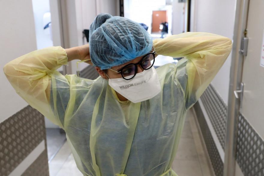 Une infirmière ajuste son masque de protection, dans une unité Covid-19, en France.