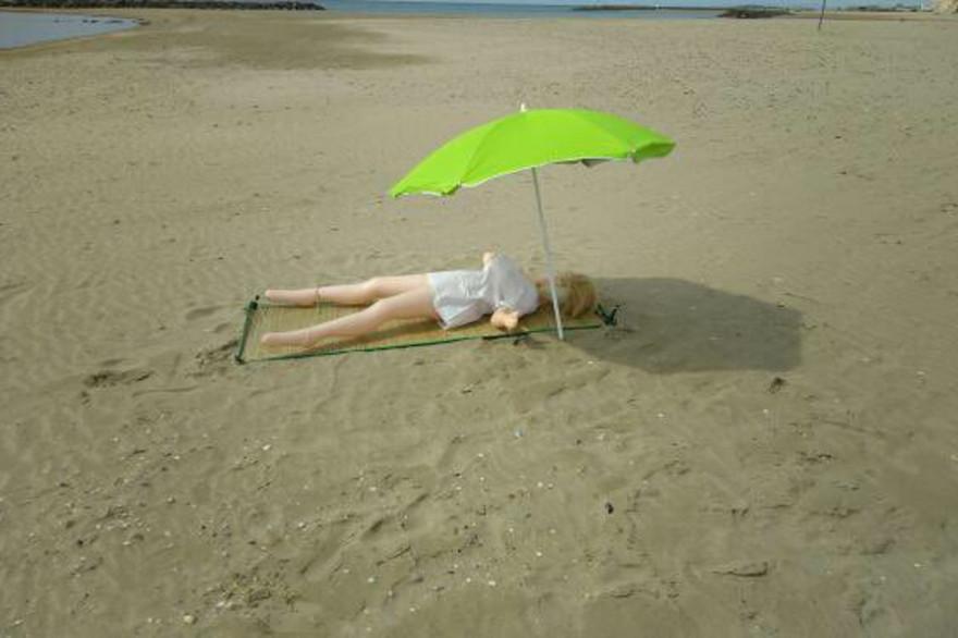 La poupée gonflable sur sa serviette sur la plage de Carnon près de Montpellier (34)
