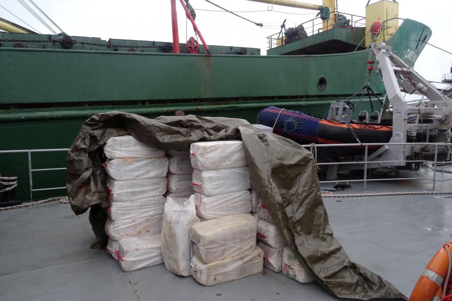 Des sacs de cocaïne empilés devant un cargo (photo d'illustration).