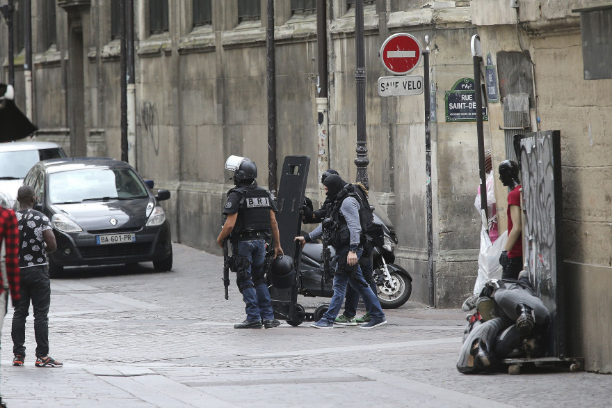 Des policiers près de l'église Saint-Leu à Paris, le 18 septembre 2016