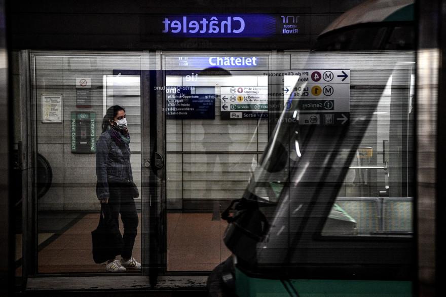 Une femme portant un masque à la station Châtelet, à Paris, le 4 mai 2020