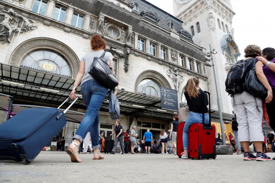 Jour de départ en vacances depuis la gare de Lyon, à Paris, en juillet 2016.