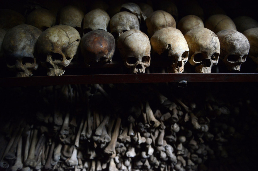 Des ossements exposés au mémorial du génocide rwandais à Nyamata, le 4 avril 2014
