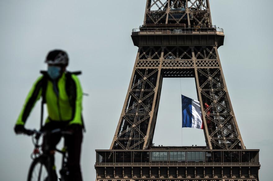 Un cycliste masqué à Paris le 11 mai 2020, pendant la crise du coronavirus