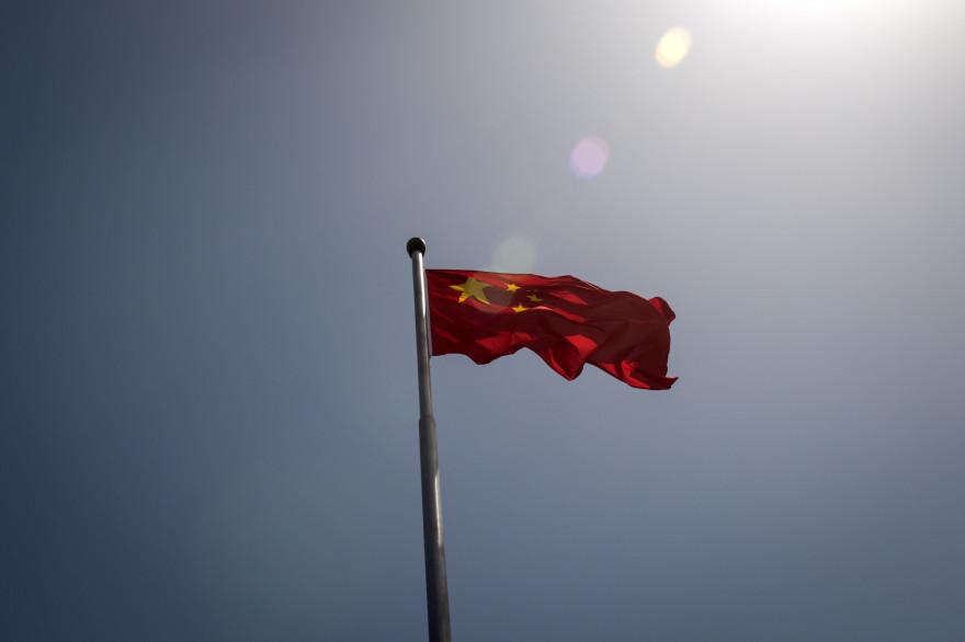 Le drapeau national chinois flottant dans l'air (illustration)
