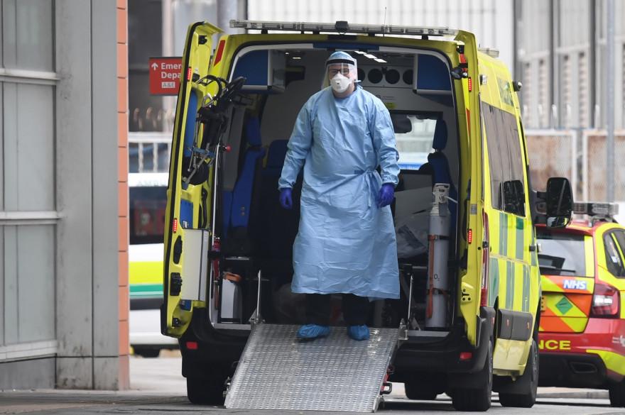 Un ambulancier à Londres, pendant l'épidémie de coronavirus, le 18 avril 2020