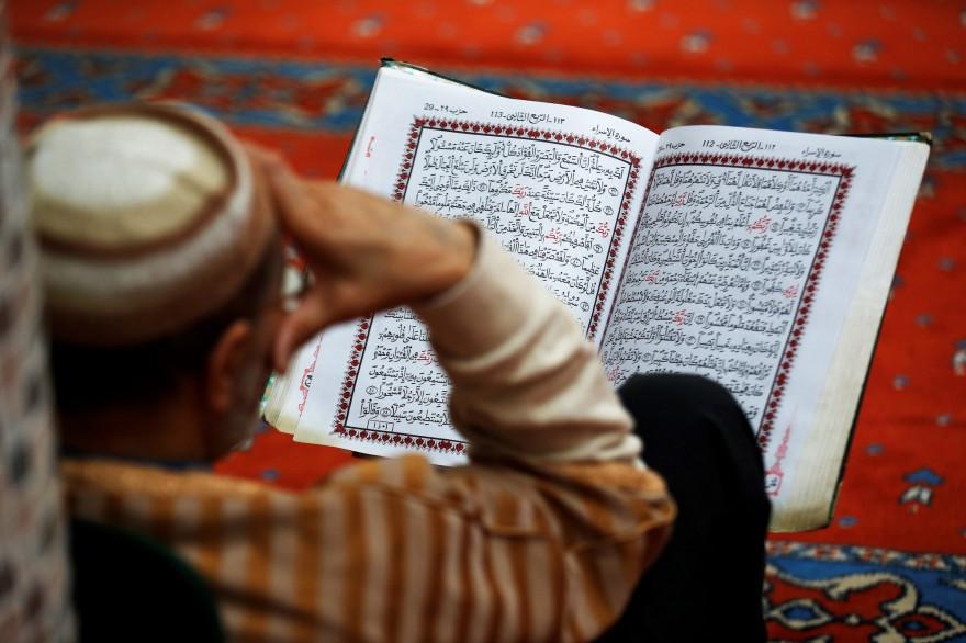 Un Français de confession musulmane prie pendant le Ramadan dans la mosquée Ennour, au Havre, en mai 2018.