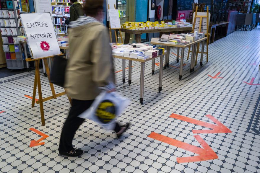 Une femme qui suis les consignes de sécurité dans un magasin de Mulhouse