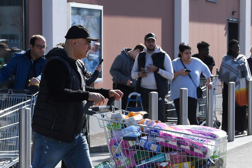 Un supermarché du nord de la France, pris d'assaut au début du confinement, le 16 mars 2020.