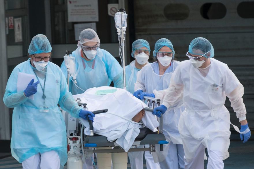 Un patient atteint du Covid-19, est évacué par une équipe médicale (illustration)
