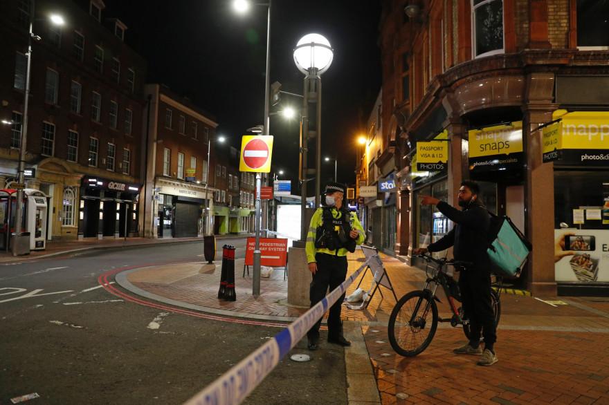 Un policier à Forbury Gardens, un parc de la ville de Reading où une attaque au couteau a eu lieu samedi 20 juin