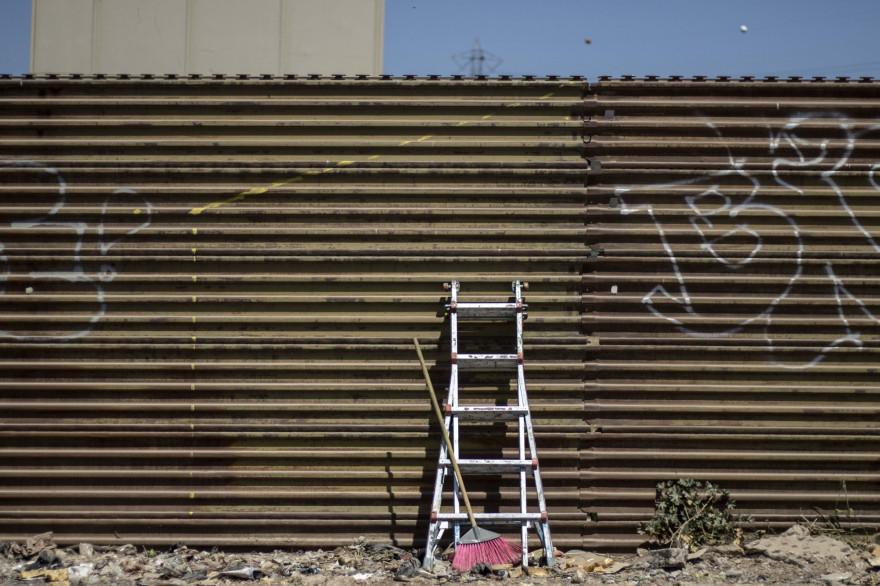Une échelle posée contre le mur qui borde la frontière entre le Mexique et les États-Unis (Illustration)