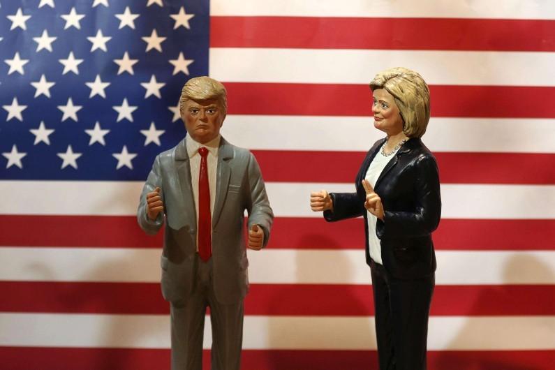 Des statuettes représentant Donald Trump et Hillary Clinton