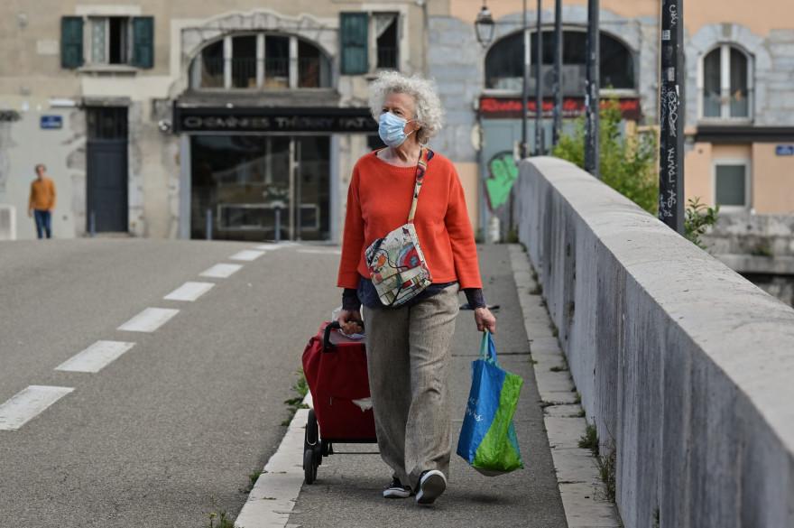 Une femme portant un masque le 6 mai 2020 (Illustration ici à Grenoble).