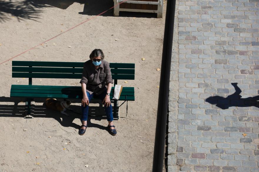 Un homme portant un masque à Paris en plein soleil (illustration)