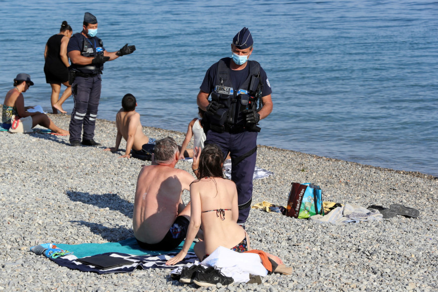 Sur la plage, les règles de distanciation physique s'appliquent.