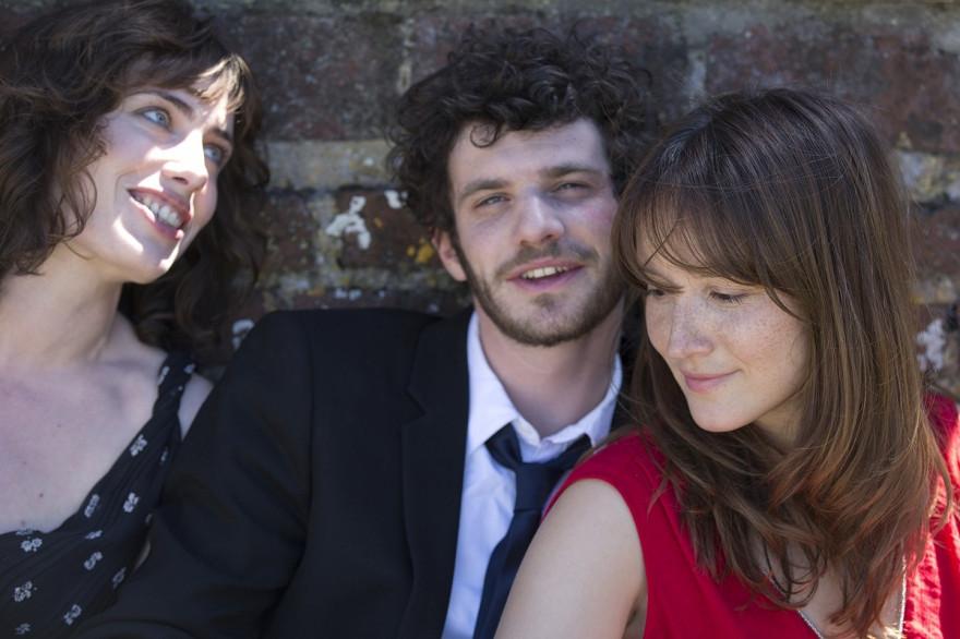 """Dans """"À trois on y va"""", Sophie Verbeeck, Félix Moati et Anaïs Demoustier s'amusent en trio"""