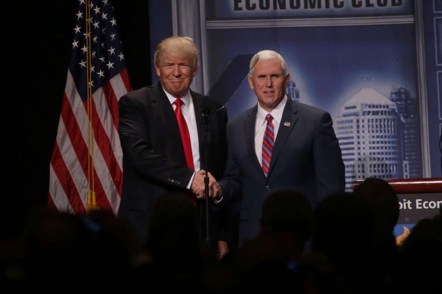 Donald Trump avec son colistier Mike Pence, le 8 août 2016 à Detroit.